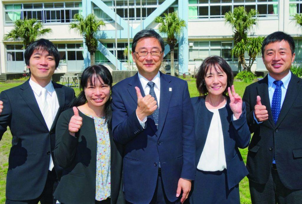左から島田教諭、坂井教諭、大野校長、加藤養護教諭、伊藤教諭