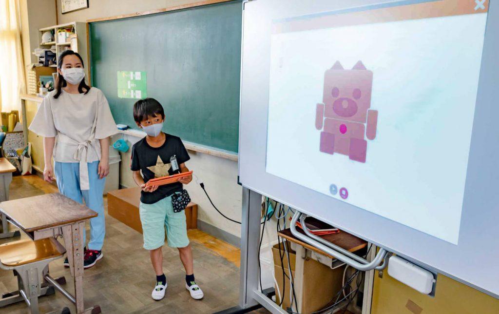 embotのシミュレーターが何回ついたり消えたりするか、みんなで数える。4回や5回など、それぞれの子供たちが考えて、自由にプログラミングを行った。