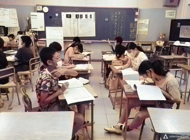 教室内の対話もディスタンスをとって行う