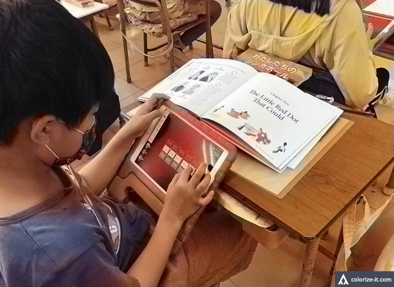 ロイロノートを使って学習する子供