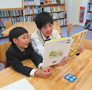 低学年の子供たちが興味をもつ本を読む。
