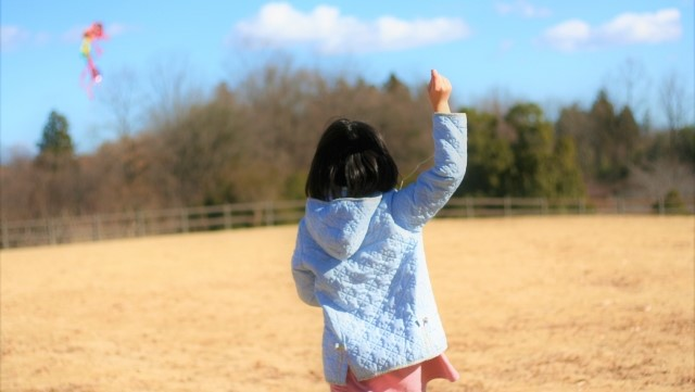 凧揚げをする子供