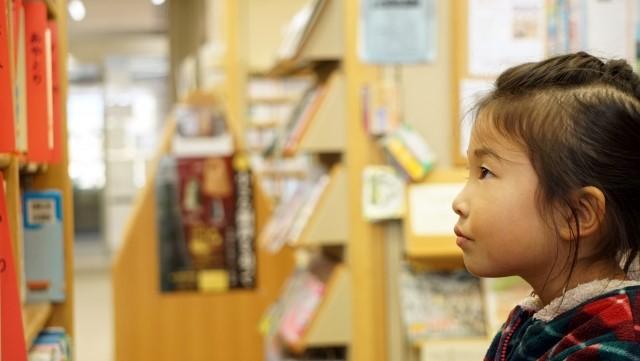 図書館で本を探す子供
