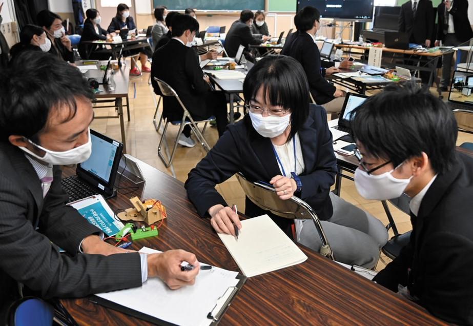各課題は実際の授業と同様、2人のペアもしくは3 人のグループで実施。
