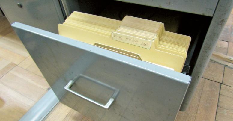 職員室の袖机の大きな引き出しの中の「ミニファイリングシステム」