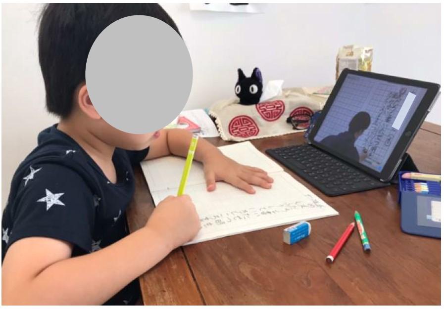 板書の視写に取り組む児童