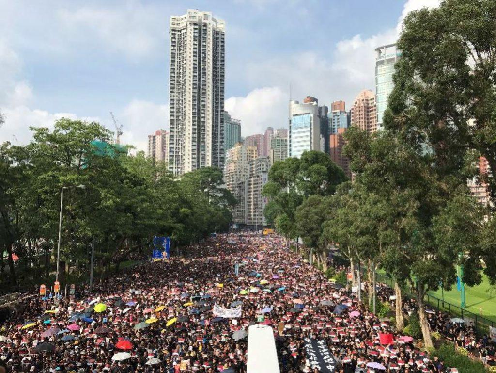 香港のビクトリア公園から立法会に向かう200万人を超える大規模デモ