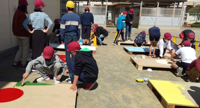 「自ら問いを立て、課題を解決する」ために、下級生の困りごとを調べ、古くなった運動用具(ジャンピングボード)をつくり直す6年生。