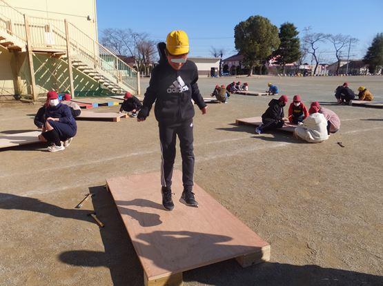 組み立てたジャンピングボードを試す6年生。