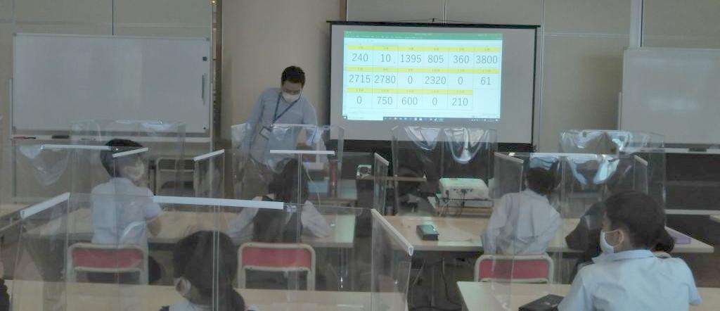 「最後に何反になったかな?」17班それぞれの結果を大型スクリーンに映して共有。3000反を超えたチームがいる一方、残念ながら0反で終えることになったチームもいた。