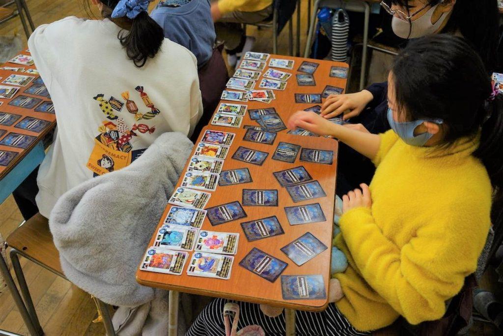 カードゲームを遊ぶ子供