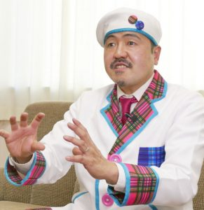 サイエンスエンターテイナーのチャーリー西村さん。