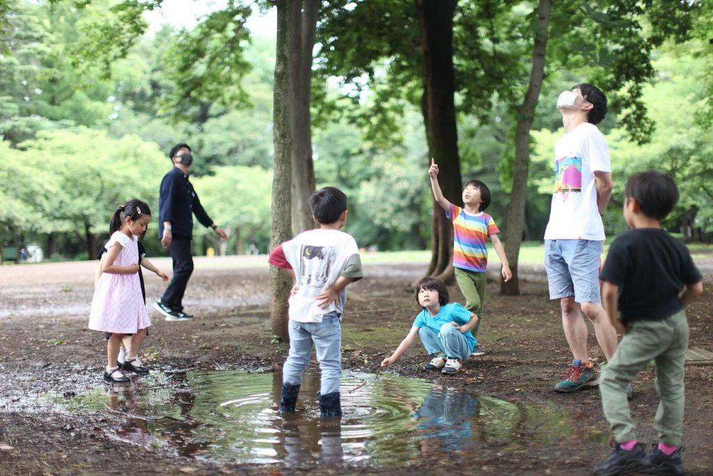 自然の中にいる子供たち