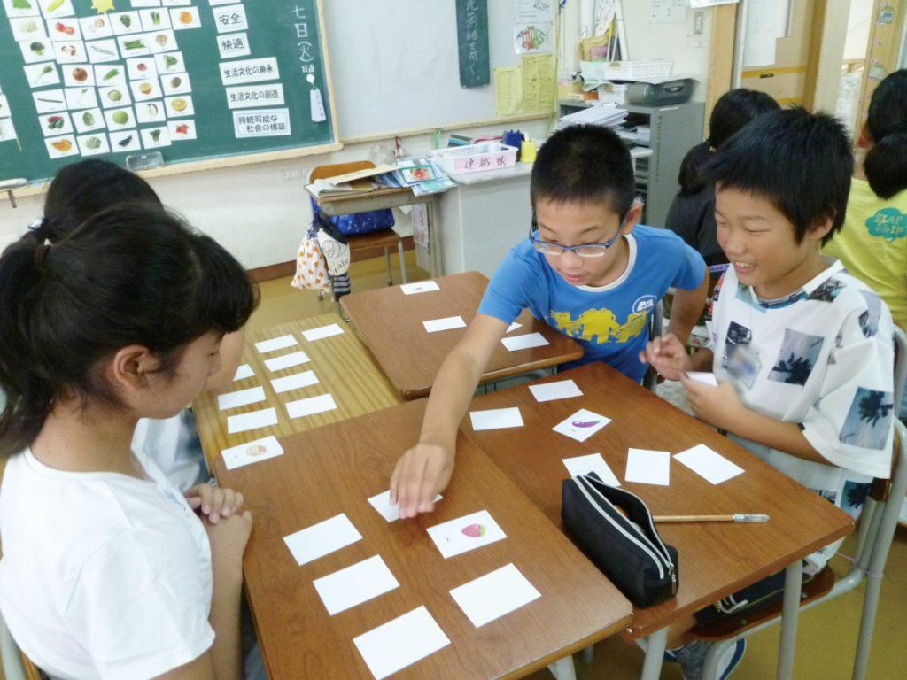 食品カードを使ったゲームを行いながら基礎的・基本的な知識が身に付くようにします。