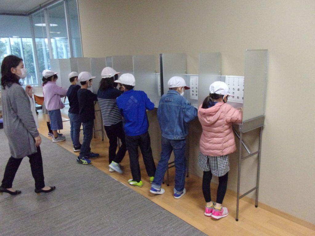 投票場で実際に使う記載台や投票箱を用いて体験