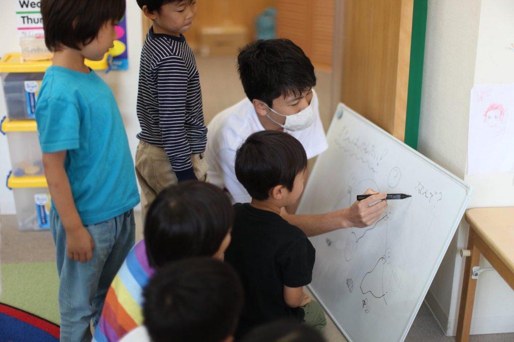 ホワイドボードを使って学ぶ子供たち