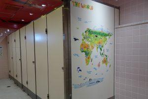 高学年女子トイレは、「地球を感じるトイレ」にリニューアル。
